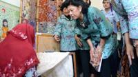 Ani Yudhoyono mengenakan motif Lawang Sewu Ngawang dari Sanggar Batik Semarang 16 saat peresmian renovasi gedung Lawang Sewu 2011. (foto: Liputan6.com/dok.sanggar batik semarang16/edhie prayitno ige)