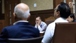 Terdakwa korupsi penerbitan SKL BLBI, Syafruddin Arsyad Temenggung (tengah) saat sidang di Pengadilan Tipikor, Jakarta, Kamis (12/7). Mantan Menko Perekonomian, Dorodjatun Kuntjoro-Jakti batal bersaksi di sidang kali ini. (Liputan6.com/Helmi Fithriansyah)