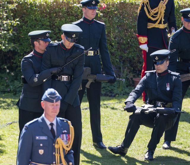 Momen Prajurit Inggris Terjatuh saat Prosesi Pemakaman Pangeran Philip