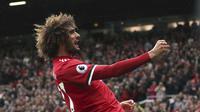 Gelandang Manchester United (MU), Marouane Fellaini, merayakan gol pada pertandingan melawan Crystal Palace di Old Trafford, Sabtu (30/9/2017). (AP/Martin Rickett)