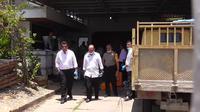 Polisi dari Polres Gorontalo Kota melakukan olah TKP di rumah Yohanes Pangkoy. (Liputan6.com/ Andri Arnold)