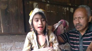 Aya Koarolina Kriss Niken, bocah putri berusia 9 tahun menderita lumpuh sejak lahir., didampungi ayah nya. (Foto Itimewa)