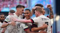 Para pemain Timnas Belgia merayakan gol yang dicetak Kevin de Bruyne ke gawang Denmark dalam lanjutan Euro 2020. (Stuart Franklin / POOL / AFP)
