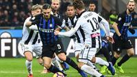 Striker Inter Milan, Mauro Icardi, berada di tengah kepungan para pemain Udinese pada laga Serie A di Stadion Giuseppe Meazza, Milan, Sabtu (15/12/2018). (AFP/Miguel Medina)