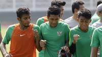 Pemain Timnas Indonesia, Putu Gede, bercanda dengan Zulfiandi dan Febri Hariyadi, saat latihan di Stadion Madya Senayan, Jakarta, Rabu (21/11). Latihan ini persiapan jelang laga Piala AFF 2018 melawan Filipina. (Bola.com/M. Iqbal Ichsan)