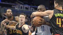 Pemain Orlando Magic, Bismack Biyombo #11 berusaha melewati para pemain Atlanta Hawks pada laga NBA preseason basketball game di Orlando, (17/10/2016) WIB. (AP/Phelan M. Ebenhack)
