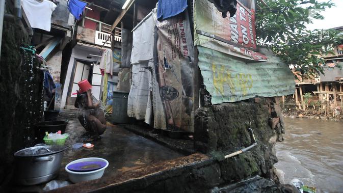Seorang anak mandi di toilet umum kawasan bantaran Kali Ciliwung, Jakarta, Senin (19/11). Saat ini, tercatat sekitar 500 ribu penduduk DKI Jakarta tidak memiliki akses sanitasi yang layak. (Merdeka.com/Iqbal Nugroho)