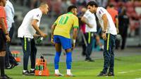 Neymar dipastikan bakal absen selama empat pekan membela Paris Saint-Germain akibat dihantam cedera hamstring. (AFP/Roslan Rahman)
