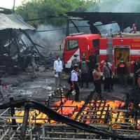 Suasana pabrik kembang api yang meledak dan terbakar di Komplek Pergudangan 99, Jalan Raya Salembaran, Cengklong, Kosambi, Kab Tangerang, Banten (26/10). Dikabarkan sekitar 47 orang tewas dan 46 luka-luka akibat kejadian tersebut. (Liputan6.com/Pool)