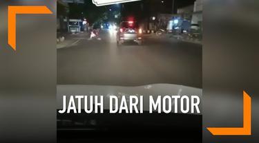 Akibat ngebut, seorang penumpang motor wanita terjungkal ke belakang. Beruntung tak ada kendaraan lain di belakangnya.