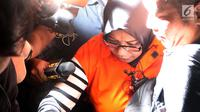 Tersangka anggota Komisi VII DPR RI Eni Maulani Saragih usai menjalani pemeriksaan dan menuju mobil tahanan di Gedung KPK Jakarta, Sabtu (14/7). KPK resmi menahan Eni Maulani terkait dugaan suap proyek pembangunan PLTU Riau-1. (Liputan6.com/Johan Tallo)