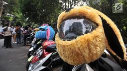 Anggota dari komunitas Elmo And Friends bersiap melakukan konvoi menggunakan sepeda motor di kawasan Menteng, Jakarta, Minggu (11/11). Aksi konvoi bertujuan mensosialisasikan kepada anak-anak untuk memakai helm sejak dini. (Merdeka.com/ Iqbal S. Nugroho)