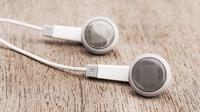 Agar tidak kotor terkena bakteri, rajin-rajinlah membersihkan earphone Anda. Begini caranya.