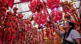 Pembeli memilih pernak-pernik menyambut Imlek di Pasar Pancoran Glodok, Tamansari, Jakarta, Minggu, (21/1). Warga keturunan Tionghoa mulai berburu pernak-pernik jelang Tahun Baru Imlek 2570 pada 5 Februari 2019. (Liputan6.com/Faizal Fanani)