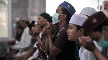 Jemaah mengenakan masker saat hadir menunaikan Salat Jumat di Masjid Jami'e Baitussalam,  Jakarta, Jumat (10/4/2020). Setelah sebelumnya dijaga aparat kepolisian dan TNI, warga tetap menunaikan Salat Jumat tanpa mikrofon meski PSBB DKI mulai diberlakukan hari ini. (merdeka.com/Iqbal S. Nugroho)