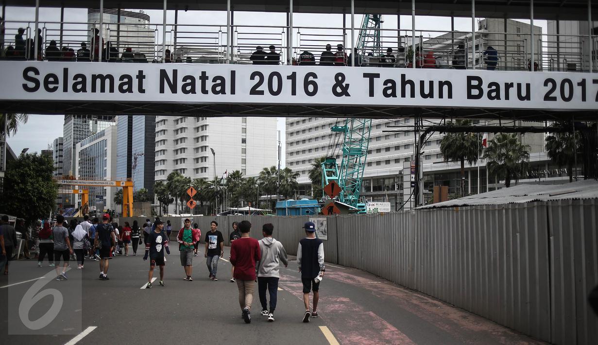 Sejumlah masyarakat berolahraga saat car free day di kawasan bunderan HI, Jakarta, Minggu (25/12). Walaupun CFD ditiadakan karena bertepatan dengan perayaan Natal. Namun, beberapa warga tetap meluangkan berolahraga. (Liputan6.com/Faizal Fanani)