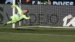 Kiper Celta Vigo, Ivan Villar kebobolan gol pertama lewat tendangan Striker Real Madrid, Karim Benzema dalam laga lanjutan Liga Spanyol 2020/2021 pekan ke-28 di Balaidos Stadium, Sabtu (20/3/2021). Celta Vigo kalah 1-3 dari Real Madrid. (AP/Lalo R. Villar)
