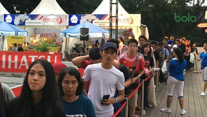 Para penggemar mengantre panjang untuk bisa berfoto dan bersalaman dengan ganda campuran Indonesia, Liliyana Natsir dan Tontowi Ahmad, dalam sesi Meet and Greet di sela-sela Indonesia Masters 2019. (Bola.com/Benediktus Gerendo Pradigdo)