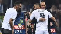Karim Benzema memeluk Zidane saat meraih trofi Liga Champions di San Siro Stadium, Milan, (28/5/2016). Zinedine mundur sebagai pelatih Madrid 31 Mei 2018. (AFP/Filippo Monteforte)