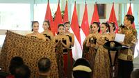 Presiden Jokowi menghadiahi sepeda kepada sembilan penari Ambabar Batik yang pentas di Hari Batik Nasional 2019 di Pura Mangkunegaran, Solo, Rabu (2/10).(Liputan6.com/Fajar Abrori)