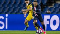 Striker Paris Saint-Germain, Neymar, berebut bola dengan pemain Borussia Dortmund pada leg 16 besar Liga Champions di Parc des Princes, Prancis, Kamis (12/3) dini hari WIB. PSG menang 2-0 atas Dortmund. (AFP/GETTY/UEFA/Alexandre Simoes)