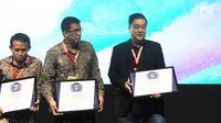 Vice President Marketing KLY Edwin Kartawinata (kanan) usai menerima penghargaan untuk Liputan6.com title silver kategori News Website pada acara The Fourth WOW Brands Festive Days 2019 di Jakarta, Kamis (14/9). (Liputan6.com/Herman Zakharia)