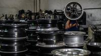 Seorang pekerja membawa velg alloy di sebuah bengkel di Ampang, di pinggiran kota Kuala Lumpur, Malaysia (18/7). Bengkel di pinggiran kota Kuala Lumpur telah menghasilkan lebih dari 200 pelek yang telah diperbaharu. (AFP Photo/Mohd Rasfan)