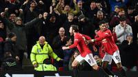 Para pemain Manchester United berselebrasi setelah Juan Mata membobol jala Wolverhampton Wanderers pada babak kelima Piala FA, di Old Trafford, Kamis (16/1/2020). (AFP/Paul Ellis)