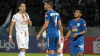 Bek sayap PSIS, Fredyan Wahyu Sugiantoro (kanan) bersama Wallace Costa, saat melawan Persija Jakarta (26/5/2019). (Bola.com/Vincentius Atmaja)