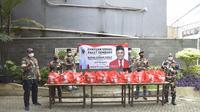 Senator dari daerah pemilihan DKI Jakarta, Sabam Sirait, membagikan ribuan paket sembako untuk 12 komunitas dan organisasi secara daring di halaman gedung Yayasan Kalpataru, Pesanggrahan, Jakarta Selatan, Rabu (28/10/2020). (Ist)
