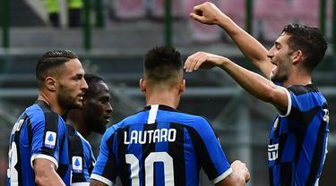 Pemain Inter Milan merayakan gol yang dicetak Danilo D'Ambrosio ke gawang Brescia pada laga lanjutan Serie A pekan ke-29 di Giuseppe Meazza, Kamis (2/7/2020) dini hari WIB. Inter Milan menang 6-0 atas Brescia. (AFP/Miguel Medina)