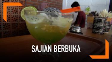Sedang mencari sajian berbuka yang segar? Jika berada di Bali jangan lupa mencoba Es Kuwut. Minuman dingin ini cocok untuk menuntaskan dahaga usai berpuasa.