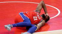 Bintang Philadelphia 76ers, Joel Embiid tampak mengerang kesakitan. (ROB CARR / GETTY IMAGES NORTH AMERICA / GETTY IMAGES VIA AFP)