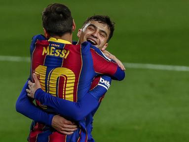 Striker Barcelona, Lionel Messi merayakan gol keduanya ke gawang Getafe bersama Pedri dalam laga lanjutan Liga Spanyol 2020/2021 pekan ke-32 di Camp Nou Stadium, Barcelona, Kamis (22/4/2021). Barcelona menang 5-2 atas Getafe. (AP/Joan Monfort)