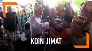 Keluarga Keraton Kanoman Cirebon Jawa Barat menenggelar tradisi Grebeg Syawal. Dalam tradisi yang diadakan 7 hari setelah lebaran ini warga berebut koin jimat yang dibagikan abdi dalam keraton.