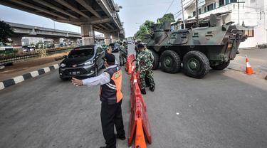 FOTO: Penyekatan PPKM Darurat, Kendaraan Taktis TNI-Polri Tutup Jalan Kalimalang