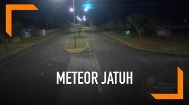 Sebuah momen saat benda diduga meteor jatuh di langit Australia Utara terekam kamera CCTV. Saksi yang melihat kejadian tersebut mengaku juga mendengar suara besar saat meteor terlihat.