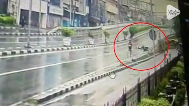Seorang penumpang ojol menjadi korban jambret. Nahasnya, ia sampai terseret motor saat kejadian.