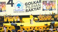 Ketua Umum Partai Golkar Airlangga Hartarto menyampaikan pidato politik saat Kampanye Akbar Partai Golkar di Istora Senayan, Jakarta, Selasa (9/4). Kampanye akbar dihadiri ribuan kader dan simpatisan Golkar se-Jabodetabek dan Bandung. (Liputan6 com/Angga Yuniar)