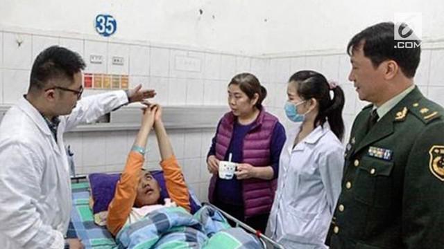 Tim medis menyodorkan beberapa lembar uang ke pria asal China ini. Uang dengan nominal paling besar ternyata membuatnya bangun dari koma.