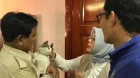Prabowo Subianto sedang menggendong kucingnya, Bobby disaksikan Nur Asia Uno dan Sandiaga Uno  (dok.Instagram @sandiuno/https://www.instagram.com/p/BwYv5KqhISX/Henry