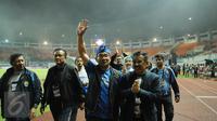 Walikota Bandung, Ridwan Kamil menyapa suporter usai menyaksikan laga perebutan temoat ketiga antara Persib melawan Semen Padang di Stadion Pakansari, Kab Bogor, Sabtu (11/3). Persib unggul 1-0. (Liputan6.com/Helmi Fithriansyah)
