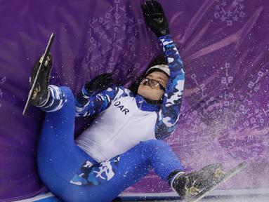 Atlet Rusia Sofia Prosvirnova menabrak dinding pembatas saat mengikuti balapan skating trek pendek 1000 meter di Olimpiade Musim Dingin 2018 di Gangneung, Korea Selatan (20/2). (AP Photo / Bernat Armangue)