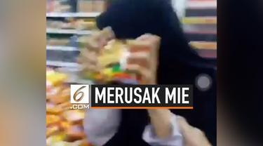 Beredar video sekelompok perempuan berhijab merusak mie instran di supermarket. Belum diketahui maksud dan tujuan mereka melakukan hal tersebut.