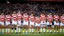 Pemain rugby Jepang berdoa untuk korban Topan Hagibis sebelum melawan Skotlandia di Piala Dunia Rugbi 2019 di Stadion Internasional Yokohama (13/10/2019). Jepang menyingkirkan Skotlandia dengan skor 28-21 dan melaju ke perempat final. (AFP Photo/Odd Andersen)