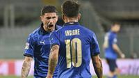 Pemain Italia Stefano Sensi disambut rekannya Lorenzo Insigne usai mencetak gol ke gawang Bosnia Herzegovina pada Grup 1 UEFA Nations League di Stadion Artemio Franchi di Florence, Sabtu (5/9/2020) dini hari WIB. (Massimo Paolone / LaPresse via AP)