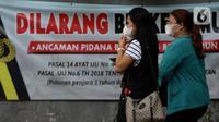 Pekerja mengenakan masker berjalan menuju stasiun commuter line Sudirman, Jakarta, Jumat (25/6/2021). Hari ini Jumat (25/6), Provinsi DKI Jakarta mencatat penambahan kasus konfirmasi positif Covid-19 sebanyak 6.934 orang. (Liputan6.com/Helmi Fithriansyah)