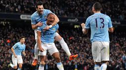 Gol Coutinho dibalas Kompany di menit 31 pada pertandingan sepak bola Liga Inggris antara Manchester City vs Liverpool di Etihad Stadium, Manchester (27/12/13). (AFP/Paul Ellis)