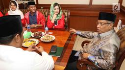 Ketua Umum PBNU, KH Said Aqil Siradj saat manyambut kunjungan Ketua Umum PSI Grace Natalie bersama jajaran pengurus di Kantor PBNU, Jakarta, Senin (26/3). (Liputan6.com/Angga Yuniar)