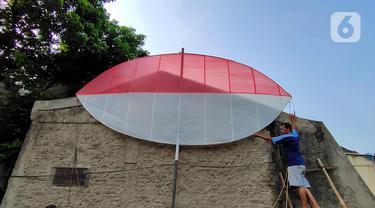 Warga membuat layang-layang merah putih setinggi enam meter di Kawasan Peninggilan, Tangerang, Senin (10/8/2020). Layang-layang merah putih tersebut dibuat untuk memeriahkan HUT Ke-75 Kemerdekaan Republik Indonesia. (Liputan6.com/Angga Yuniar)